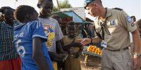 Adjudant-Dirk-Jan-maakt-een-geintje-met-kinderen-van-Malakal.-Foto-Ministerie-van-Defensie