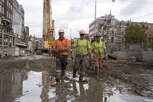 Nederland, Amsterdam, oktober 2006. Aanleg Noord-Zuidlijn van de Amsterdamse Metro. bouwput op de Vijzelgracht. De wanden-dakmethode Station Vijzelgracht wordt gebouwd met de wanden-dakmethode. De wanden komen tot op 40 meter diepte en worden daarom diepwanden genoemd. Op 33 meter diepte wordt een grondverstevigende laag aangebracht tussen de wanden die ervoor zorgt dat deze op hun plaats blijven als het station ontgraven wordt. Om de wanden te maken hoeft niet te worden geheid. Op deze wanden komt het dak van gewapend beton. Zo ontstaat op enkele meters onder de grond een grote betonnen doos. Bovenop deze doos wordt de bovengrondse situatie hersteld. Vervolgens wordt de betonnen doos uitgegraven. Daarna wordt het station ondergronds afgebouwd. Op dit moment is de oostelijke helft van de betonnen doos klaar en wordt gewerkt aan de westelijke helft. Foto: Gé Dubbelman/Hollandse Hoogte Opdrachtnummer: D10023
